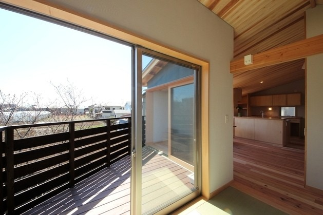 ネストハウス 畳敷きリビングからバルコニーの光景