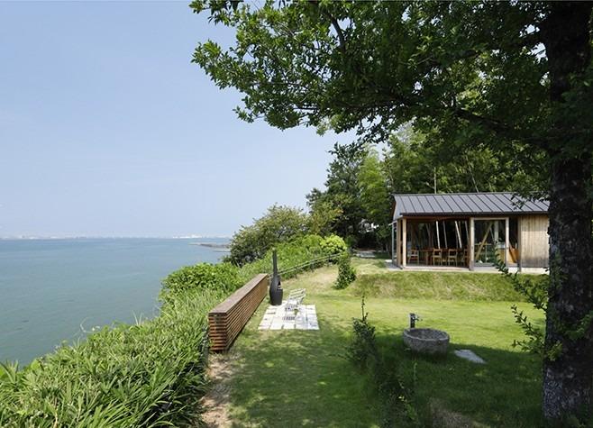 海を望む小屋 外観